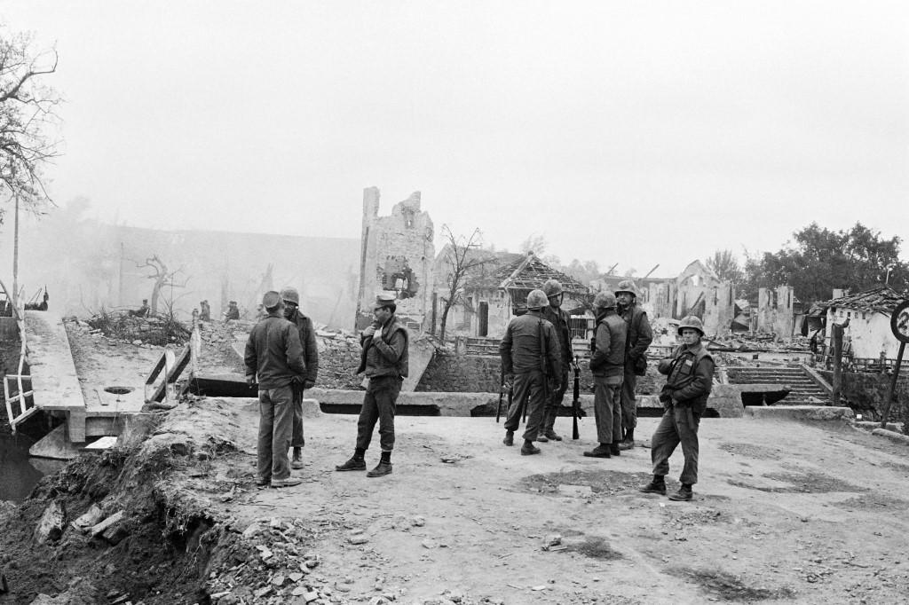 جنود أميركيون أمام أحد المنازل المهدمة في فيتنام (أ ف ب).jpg