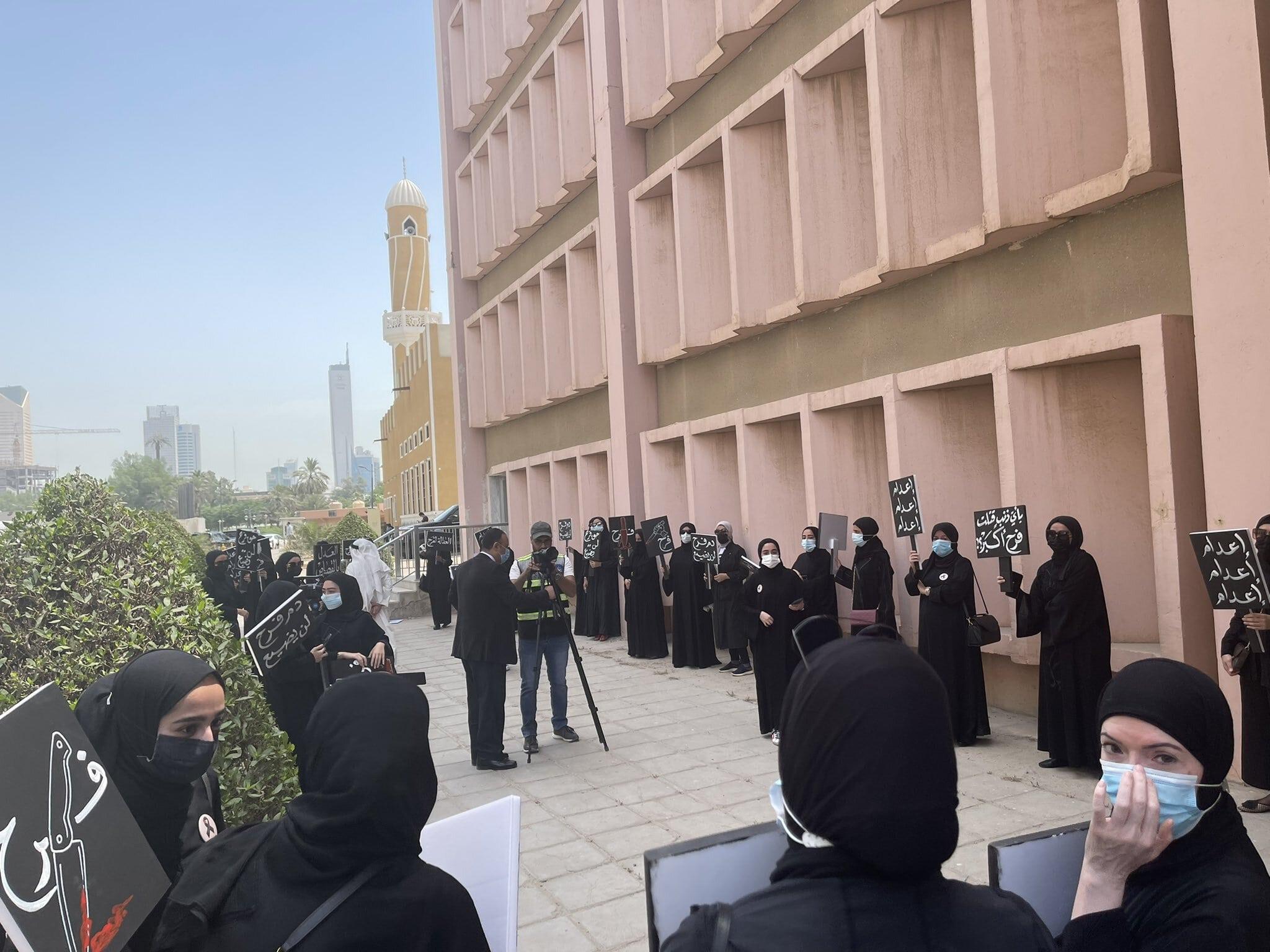 عدد من الحضور في ردهات المحكمة للمطالبة بإيقاع أقسى العقوبات على الجاني (مواقع التواصل الاجتماعي)