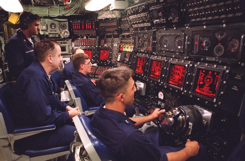 صورة نشرتها البحرية الأميركية تظهر عمل طاقم الغواصة النووية الأميركية يو إس إس سي وولف (أ ف ب).jpg