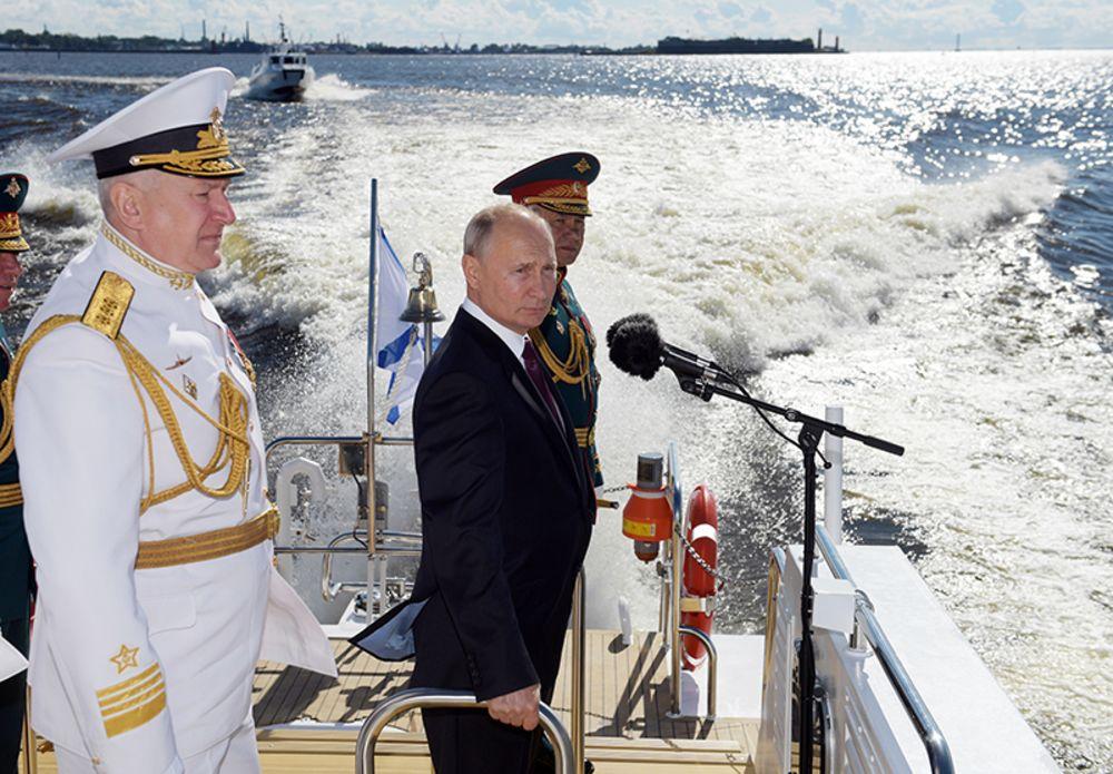 الرئيس الروسي فلاديمير بوتين خلال احتفال يوم البحرية (أ ب).jpg