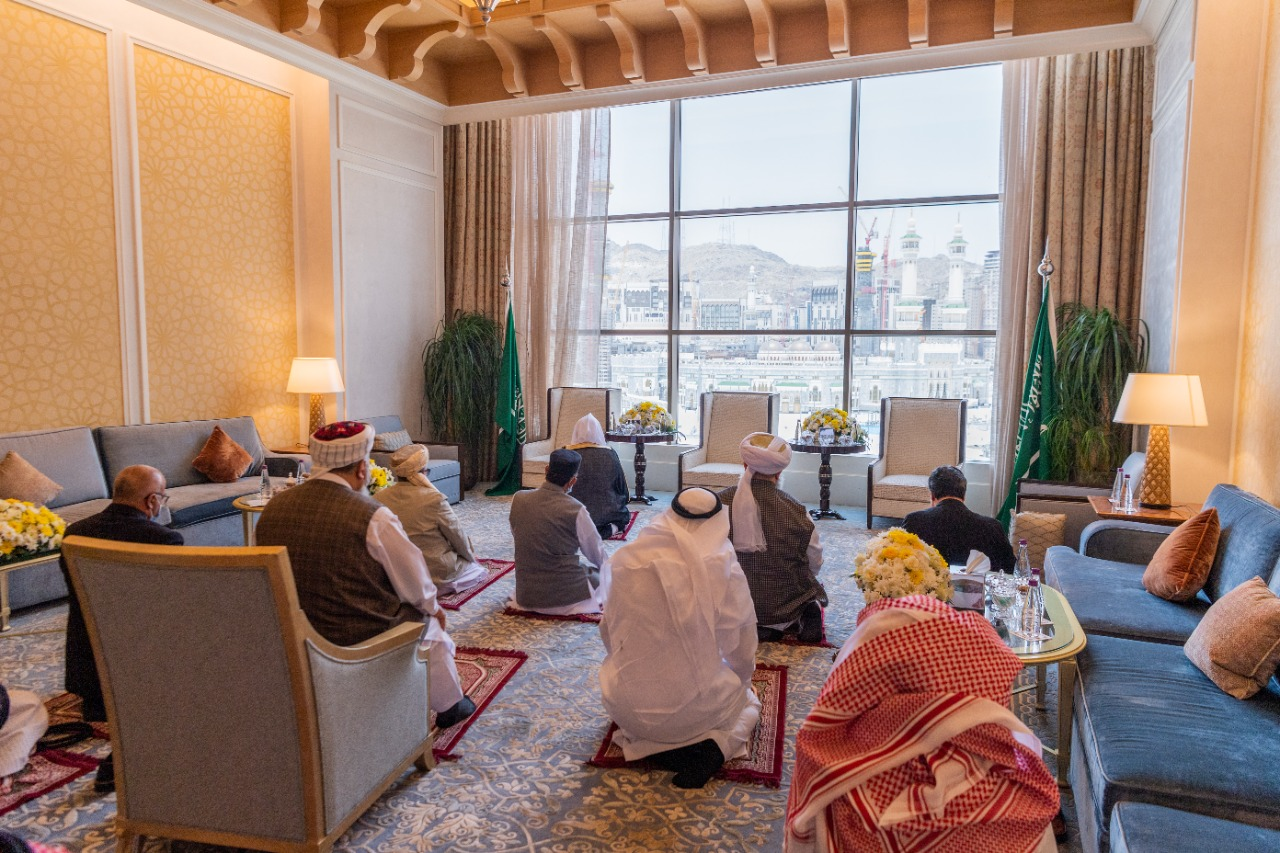 أعضاء المؤتمر الإسلامي يؤدون الصلاة بجوار الكعبة المشرفة (رابطة العالم الإسلامي)
