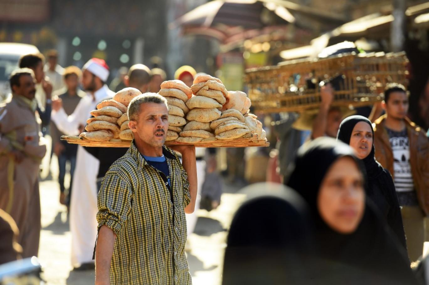الحكومة المصرية تنقص وزن رغيف الخبز بعد ارتفاع تكلفته  (أ ف ب).jpg