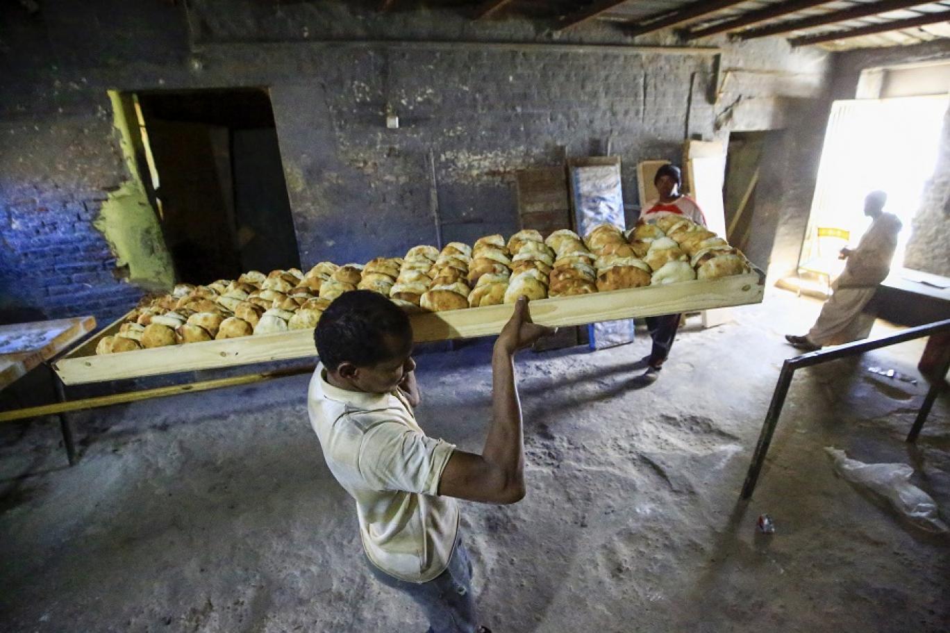 كثفت وزارة التجارة السودانية في الفترة الأخيرة جهودها لتوفير الدقيق (أ ف ب)