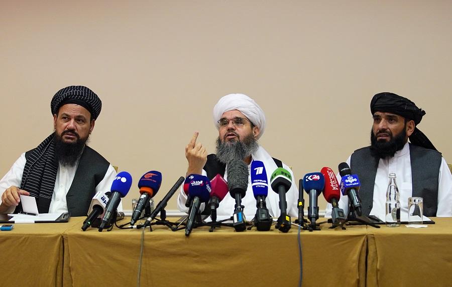 أعضاء المكتب السياسي لحركة طالبان عبد اللطيف منصور (يسار) وشهاب الدين ديلاوار (وسط) وسهيل شاهين يحضرون مؤتمراً صحافياً في موسكو (رويترز) .jpg