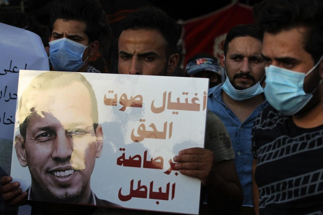 محتجون عراقيون في بغداد في اليوم التالي على اغتيال هشام الهاشمي (أ ف ب).jpg