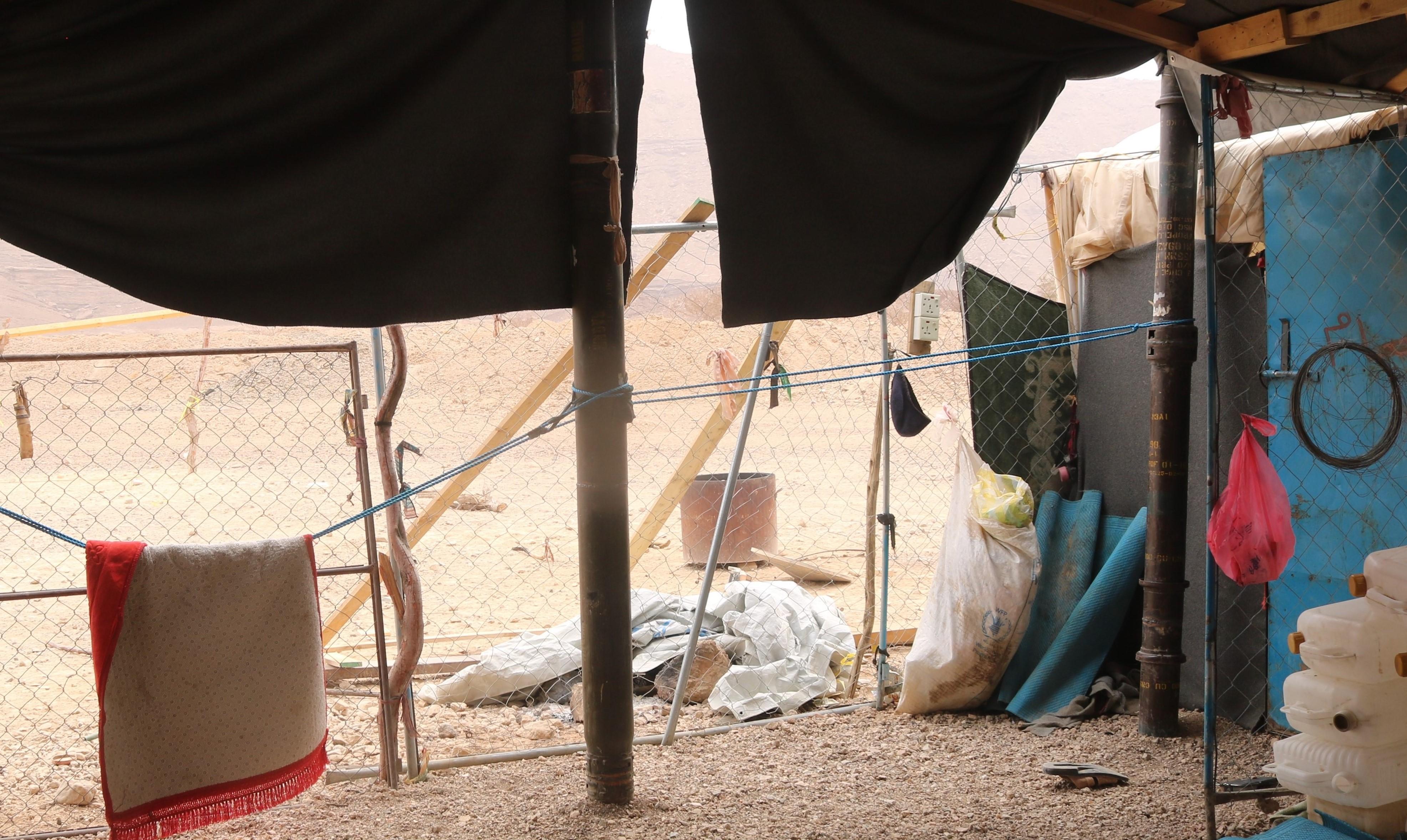 يلجأ النازحون من الحرب والدمار إلى بناء مساكن في العراء وبأدوات منخفضة الكلفة (اندبندنت عربية)