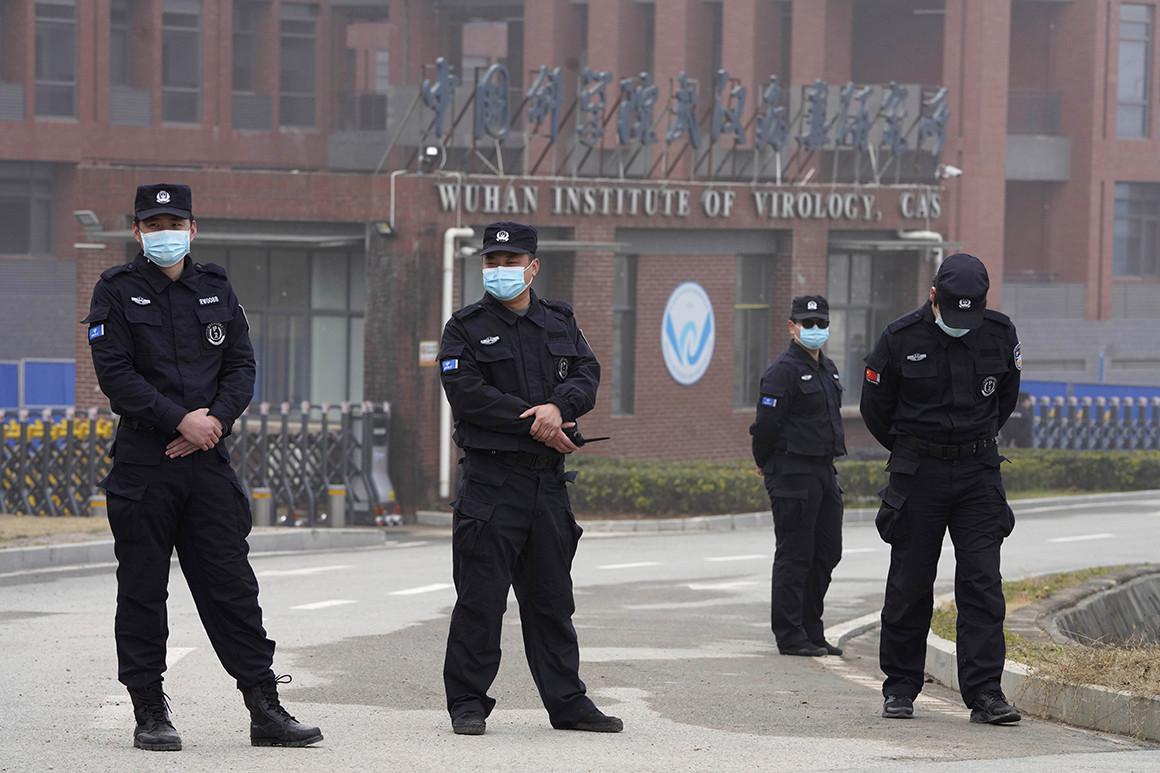 قوات الأمن تحيط بمختبر ووهان خلال زيارة لفريق منظمة الصحة العالمية (أ ب).jpg