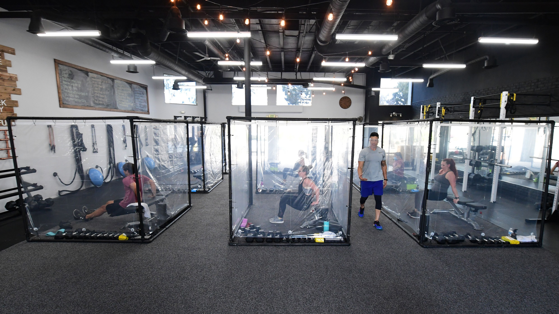 بعد إغلاق الأندية الرياضية بسبب فرص العدوى فيها انتعشت مبيعات أجهزة ممارسة التمارين منزلياً (أ ف ب)