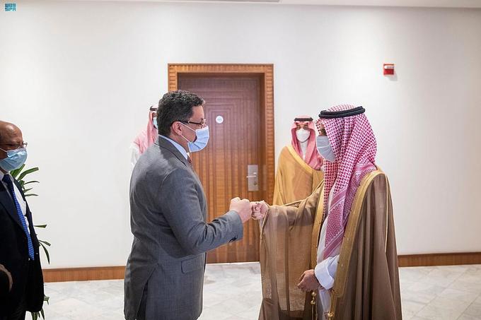 وزير الخارجية السعودي لدى استقبالة وزير المغتربين (واس)