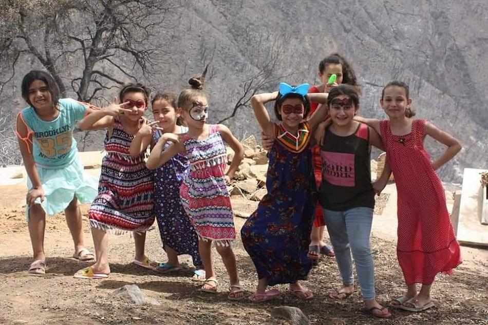 أطفال يحاولون زرع الابتسامة وسط رماد حرائق الجزائر- مواقع التواصل الاجتماعي.jpg