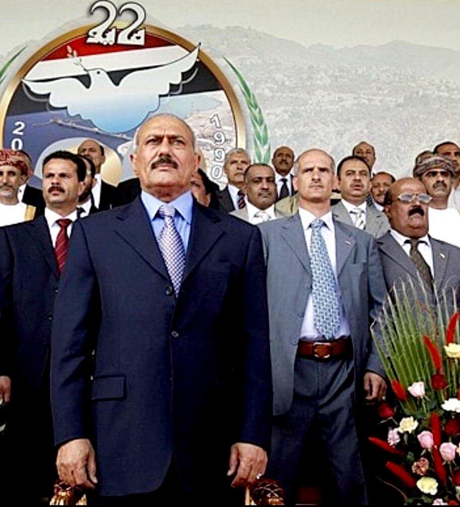 عصام دويد يقف خلف صالح في أحد المناسبات الرسمية (اندبندنت عربية)