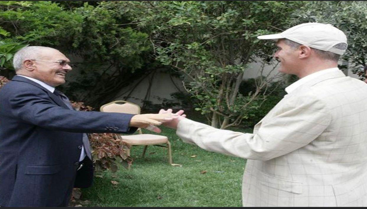 عصام دويد وعلي عبدالله صالح في أحدى حدائق دار الرئاسة في صنعاء (اندبندنت عربية)
