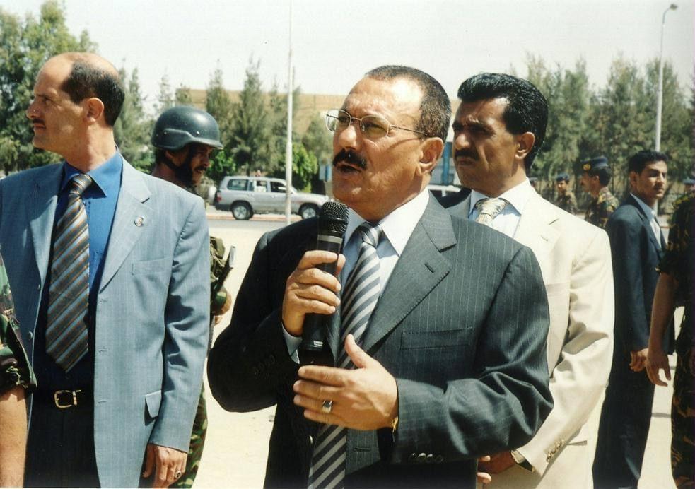 خطاب متلفز لعلي عبدالله صالح ويظهر دويد خلفه (اندبندنت عربية)