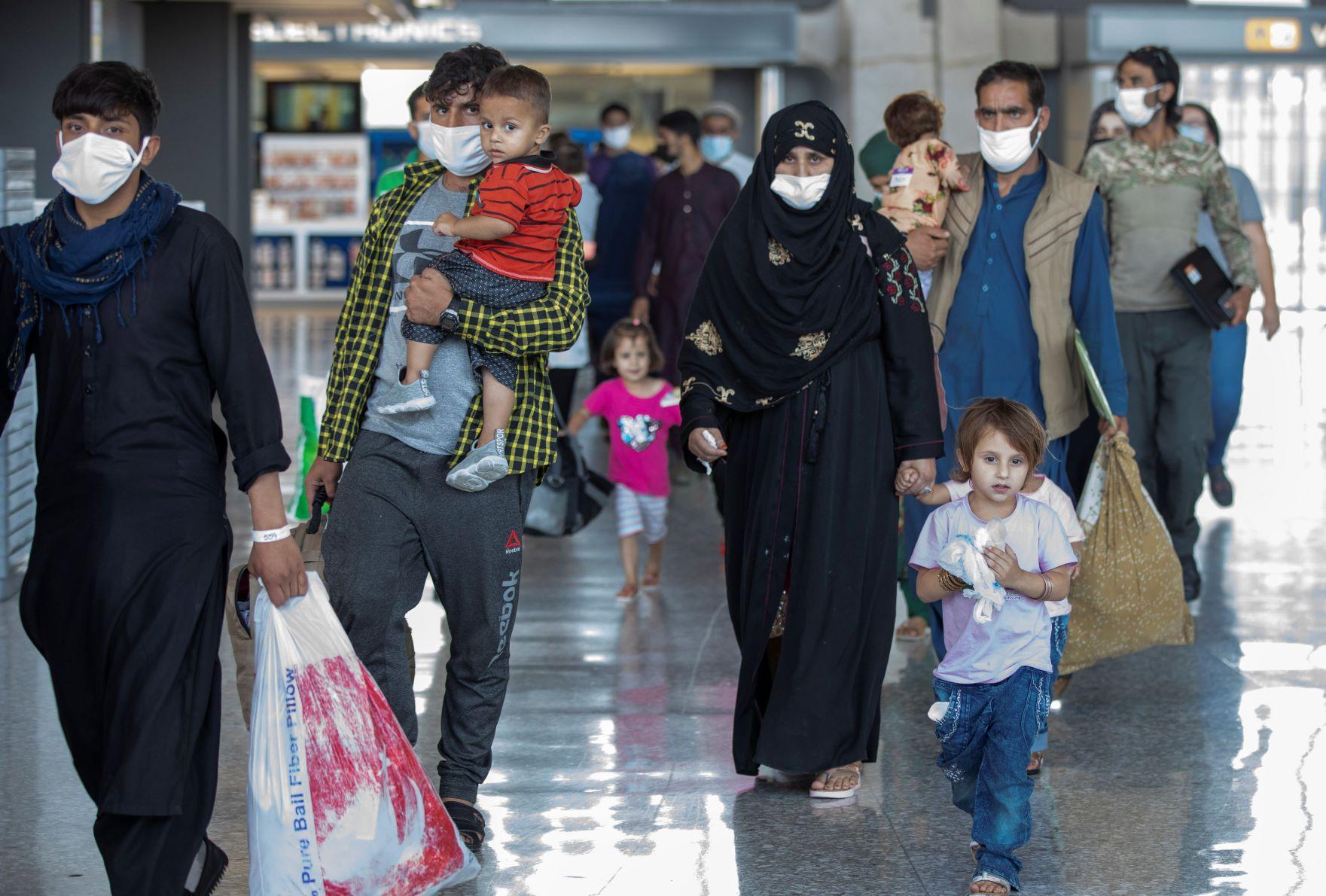 """المدنيين الأفغان الخائفين من """"طالبان"""" يحملون ما تبقى لهم للالتحاق بعمليات الإجلاء من مطار كابول"""