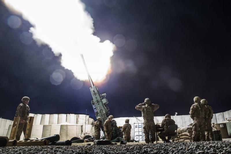 """قصف أميركي بمدفعية """"هاوتزر"""" المتطورة في مقاطعة """"لقمان"""" الأفغانية عام 2014"""