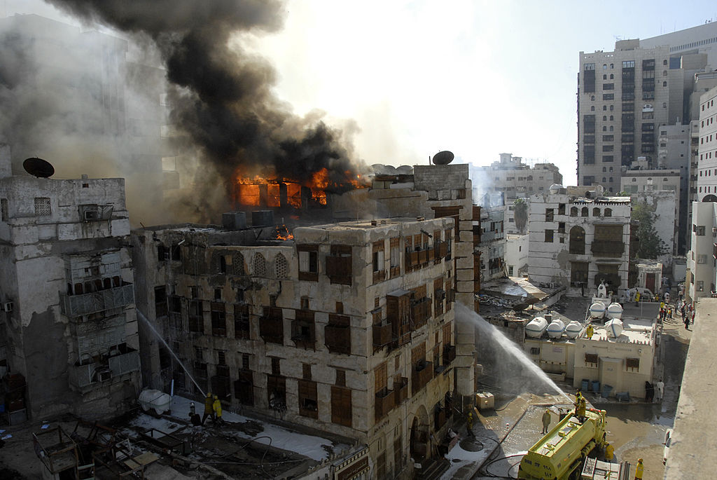 لقطات من محاولة إطفاء حريق التهم 7 مباني في 2010 (غيتي)