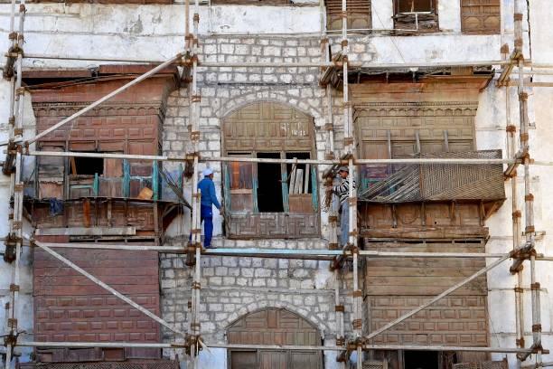 """أحد مباني """"البلد"""" وتظهر فيها أعمال ترميم (غيتي)"""