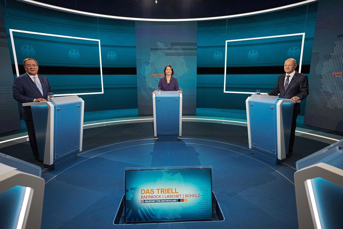 لاشيت وشولتز وبيربوك خلال مناظرة تليفزيونية في أغسطس الماضي (رويترز).jpg
