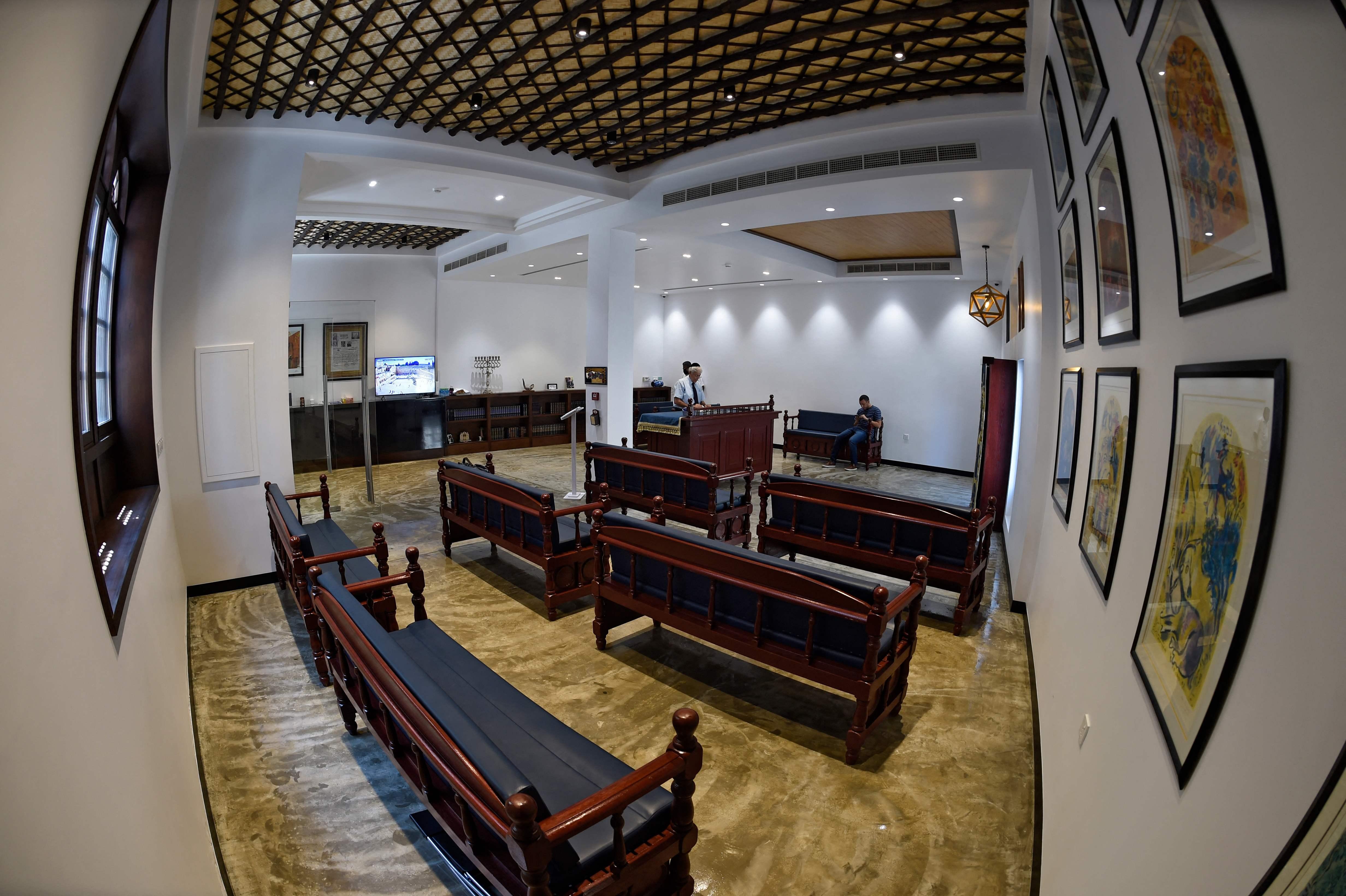 لقطات من داخل الكنيس في المنامة (أ ف ب)