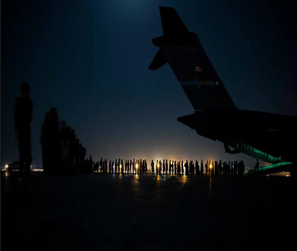 """جموع تدخل إلى إحدى طائرات الإجلاء الأميركي من """"مطار حامد كرزاي"""" في أغسطس 2021"""