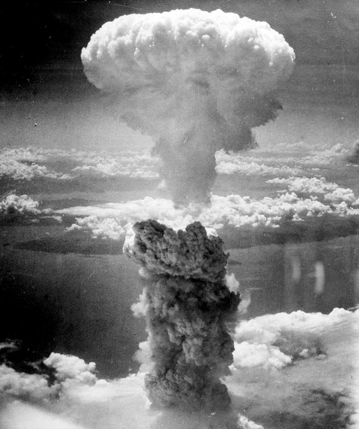 مشهد من الجو للحظة انفجار القنبلة الذرية في هيروشيما