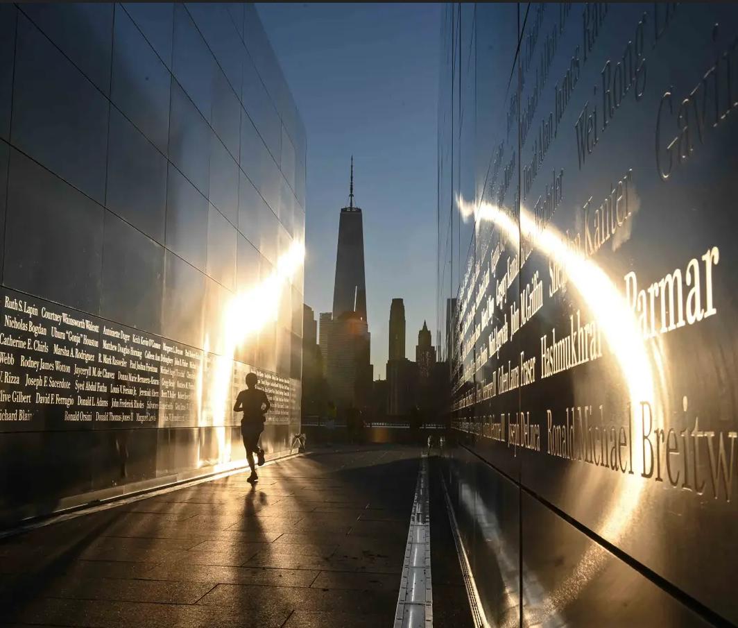 سماء صافية فوق النصب التذكاري لضحايا ضربات الإرهاب في 11/9، بعد عشرين سنة عليها