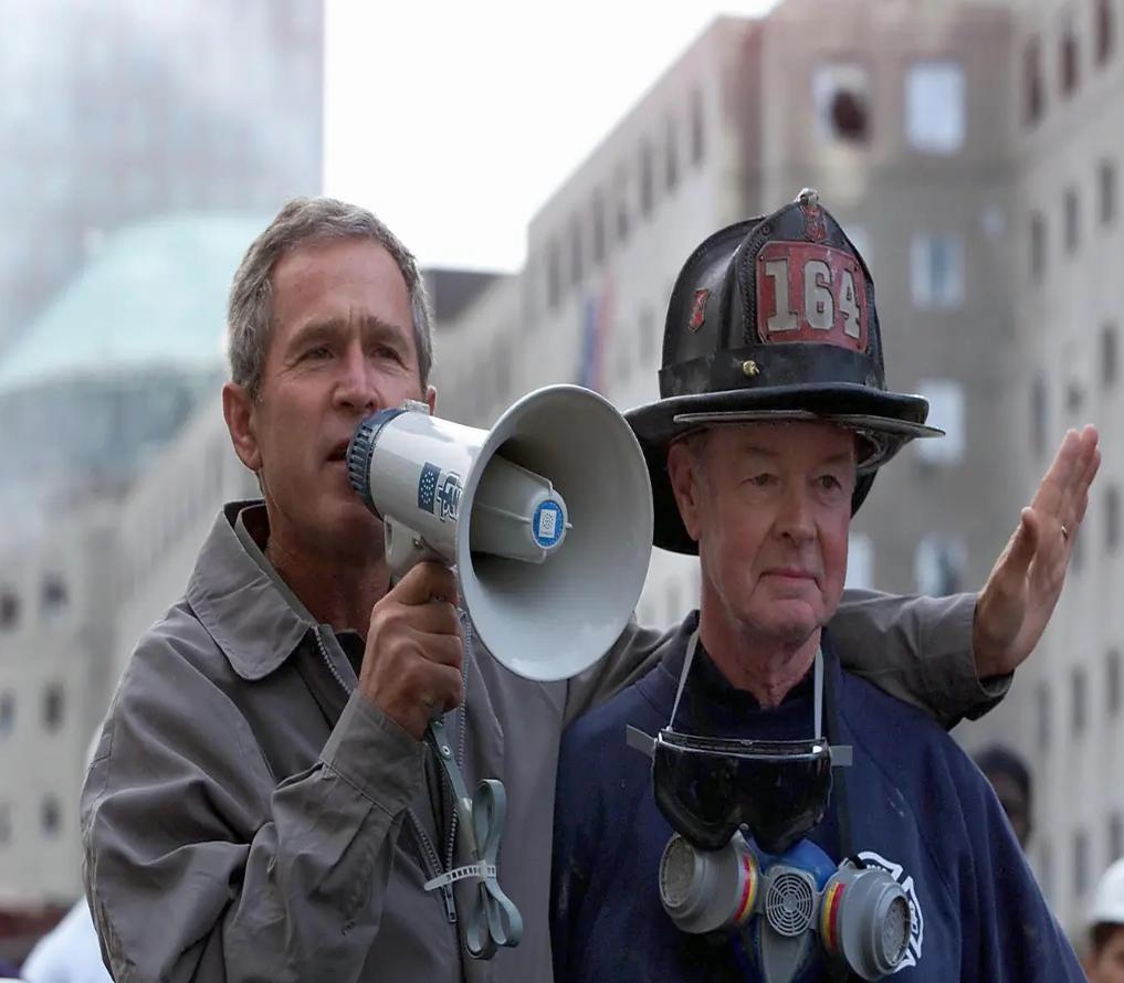 لقطة شهيرة للرئيس جورج دبليو بوش مع رجل إطفاء نيويوركي مسن غداة ضربات 11/9