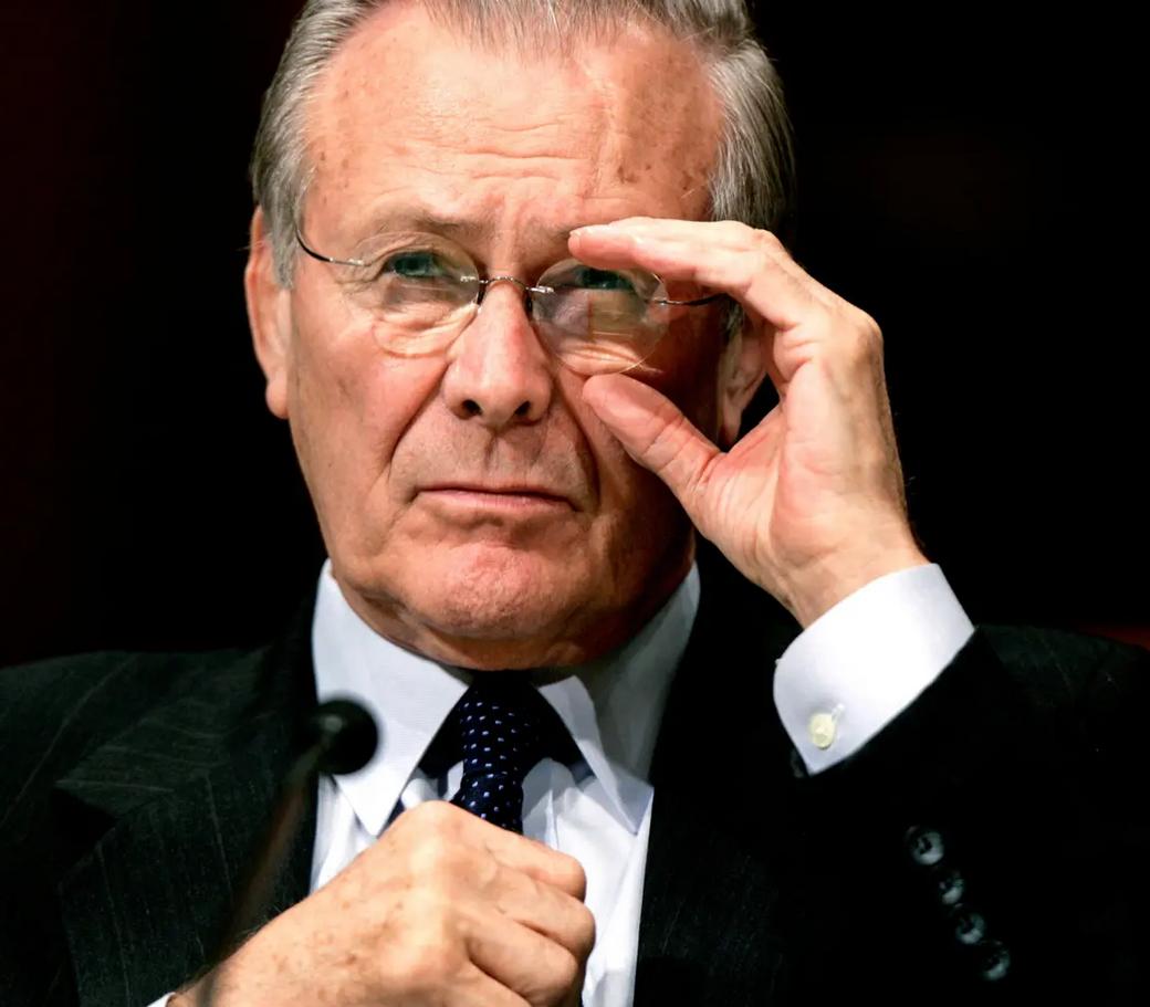 روج وزير الدفاع الأميركي الراحل دونالد رامسفيلد مزاعم عن امتلاك صدام حسين أسلحة دمار شامل