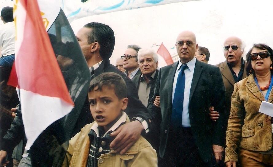 thumbnail_محمد سلماوي يتقدم مسيرة لكتاب مصريين طالبت بإنهاء حكم الإخوان.jpg