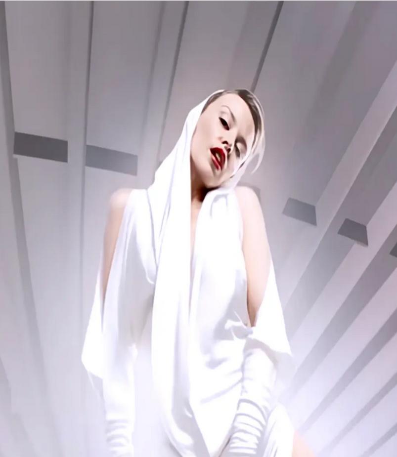 """كايلي مينوغ في لقطة شهيرة من فيديو كليب """"لا أستطيع إخراجك من رأسي"""""""