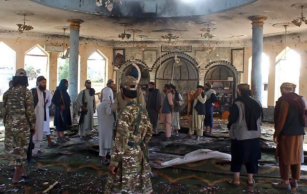 سقط 50 قتيلاً و140 جريحاً على الأقل في انفجار مسجد في أفغانستان (أ ف ب).jpg