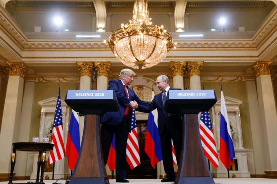 مصافحة بالأيدي بين الرئيسين فلاديمير بوتين ودونالد ترمب في هلسنكي 2018