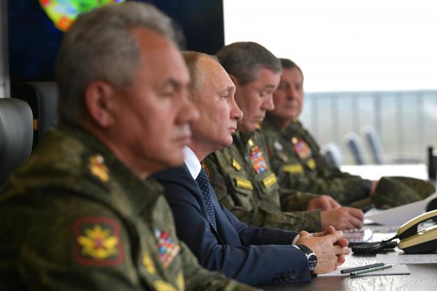 مناورات عسكرية تحت عيون بوتين وأركان الجيش الروسي